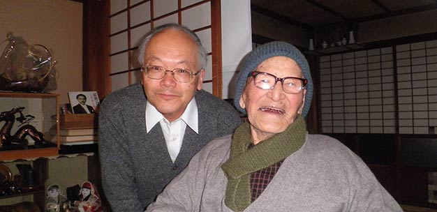 Keio researcher Nobuyoshi Hirose (left) with the oldest man in history, Jiroemon Kimura, who died in 2013 at the age of 116.